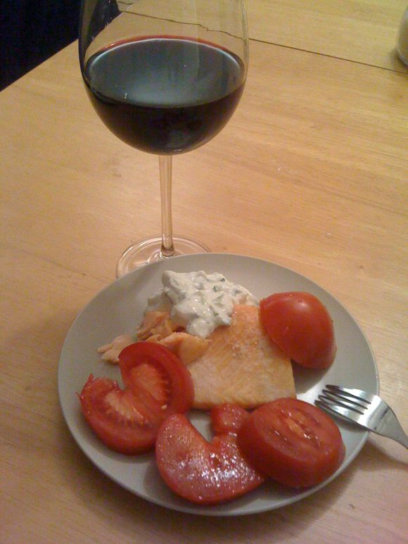 Salmon with tzatzkiki and tomatoes